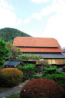 庭から見た長島の本館